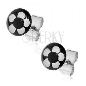 Okrągłe stalowe kolczyki - biały kwiat na czarnym tle obraz