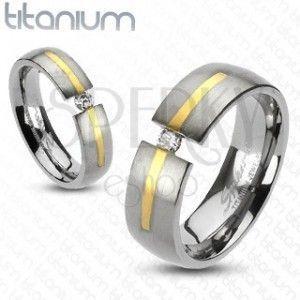 Tytanowy srebrny pierścionek - złoty pasek, cyrkonia obraz