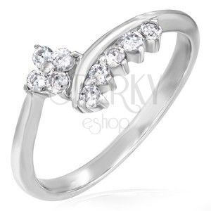 Delikatny pierścionek zaręczynowy - cyrkoniowy kwiatek i rząd cyrkonii obraz