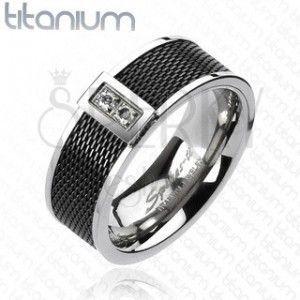 Pierścionek z tytanu - czarny, siatkowany wzór, dwie przeźroczyste cyrkonie obraz
