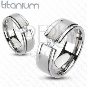 Pierścionek z tytanu - rozcięta obrączka, błyszcząca cyrkonia obraz