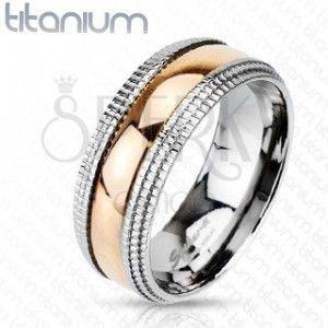 Tytanowy pierścionek z ozdobnymi brzegami i pozłacanym środkiem obraz