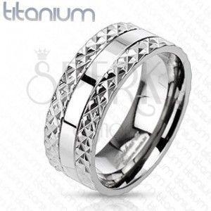 Tytanowy pierścionek z wyciętym wzorem na brzegach obraz