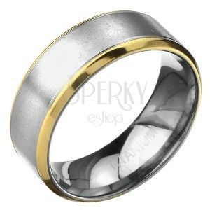 Pierścionek z tytanu - matowy srebrny pasek z wrębami, złote lamowanie obraz