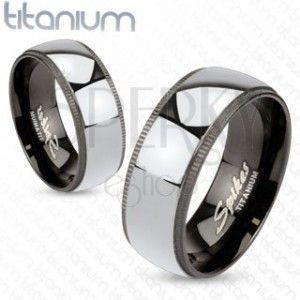 Tytanowa obrączka w srebrzystym kolorze z czarną, ozdobną krawędzią obraz