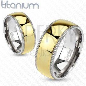 Obrączka z tytanu - szeroki złoty środek i karbowane krawędzie obraz