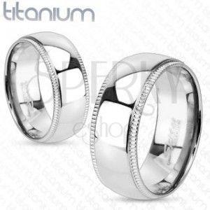 Tytanowy pierścionek z ozdobnymi karbowanymi krawędziami obraz