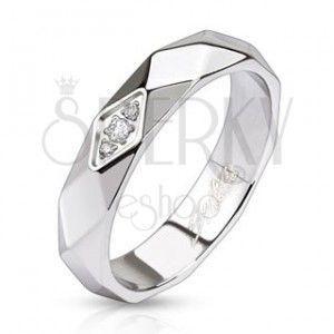 Błyszczący stalowy pierścionek - pas z rombów, cyrkonie obraz