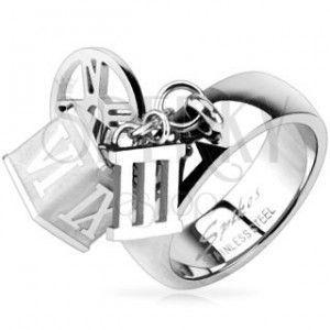 Stalowy pierścionek z zawieszkami kostka, obręcz, rzymska cyfra trzy obraz