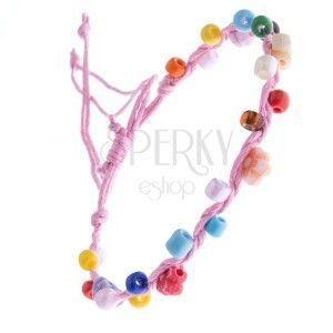Jasnoróżowa bransoletka sznurkowa z kolorowymi koralikami i kwiatkami obraz