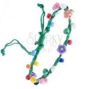 Zielona pleciona bransoletka ze sznurków i kolorowych kwiatków obraz