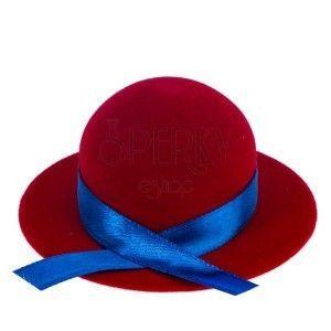 Aksamitne pudełko na pierścionek lub kolczyki – czerwony kapelusz obraz