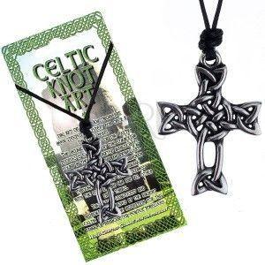 Czarny sznurek na szyję i lśniąca zawieszka, krzyż z węzła celtyckiego obraz