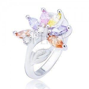 Błyszczący srebrny pierścionek, kwiat z kolorowymi cyrkoniowymi płatkami obraz