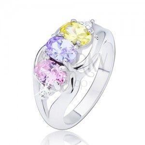 Lśniący pierścionek w srebrnym kolorze, trzy kolorowe owalne cyrkonie, fala obraz