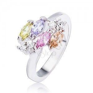 Błyszczący srebrny pierścionek, owalne cyrkonie i przeźroczyste kamyczki obraz