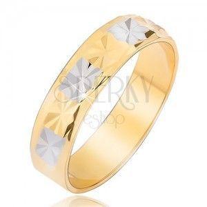 Lśniąca złoto-srebrna obrączka z diamentowym wzorem obraz