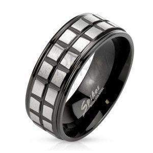 Czarny stalowy pierścionek, dwa pasy z matowych srebrnych kwadratów obraz