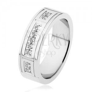 Stalowy pierścionek srebrnego koloru, ozdobne nacięcia, trzy pasy z przezroczystych cyrkonii obraz