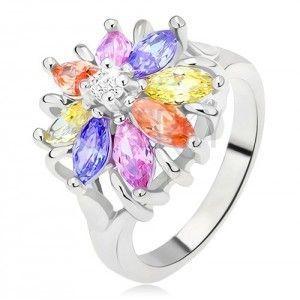 Lśniący pierścionek srebrnego koloru, kolorowy kwiat ze szlifowanych kamyczków obraz