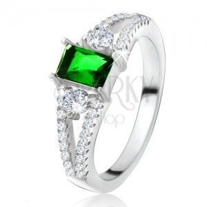 Pierścionek - prostokątny zielony kamień, rozgałęzione ramiona, przezroczyste cyrkonie, srebro 925 obraz