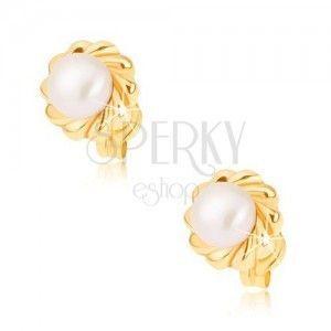 Złote kolczyki 375 - błyszczący kilkupłatkowy kwiat z białą perłą obraz