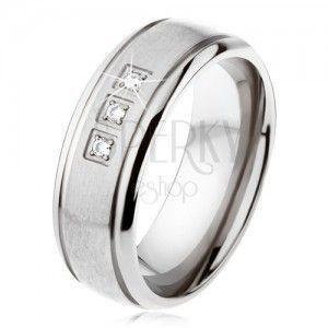 Tytanowy pierścionek srebrnego koloru, matowy pas, lśniące krawędzie, trzy cyrkonie obraz