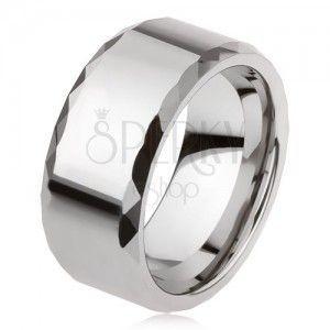 Wolframowy pierścionek srebrnego koloru, geometrycznie szlifowane krawędzie, gładka powierzchnia obraz