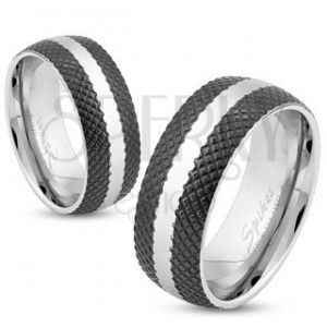 Stalowy pierścionek o czarnej kratkowanej powierzchni, pas srebrnego koloru, 6 mm obraz