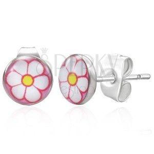 Stalowe kolczyki srebrnego koloru, biały kwiatek na różowym tle obraz