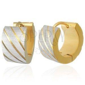 Stalowe kolczyki złotego koloru, ukośne paseczki w srebrnym odcieniu, nacięcia obraz