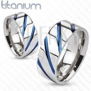 Tytanowy pierścionek srebrnego koloru, wysoki połysk, ukośne niebieskie nacięcia obraz