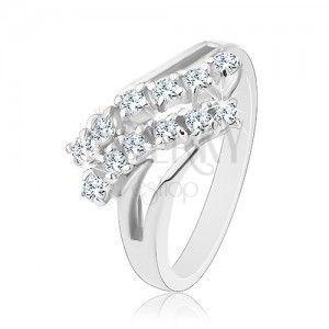 Lśniący pierścionek, srebrny kolor, rozdwojone ramiona, dwa cyrkoniowe pasy obraz