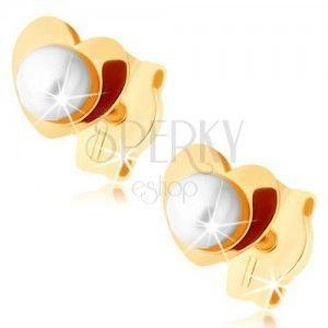 Złote kolczyki 375 - błyszczące serduszko, biała perełka w środku obraz