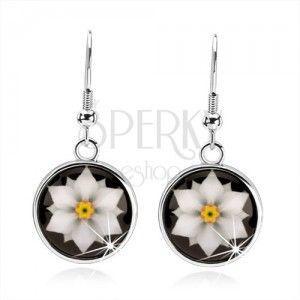 Cabochon kolczyki, krąg z glazurą, biały kwiat na czarnym tle obraz