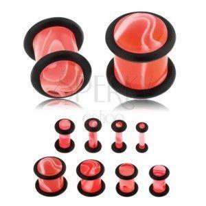 Akrylowy plug do ucha różowego koloru, marmurowy wzór, dwie czarne gumeczki obraz