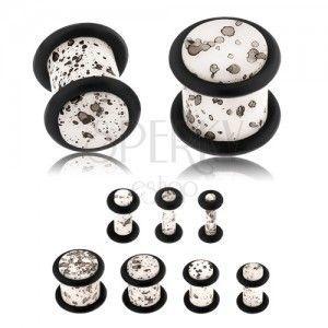Akrylowy plug do ucha, powierzchnia białego koloru z czarnymi plamkami, czarne gumeczki obraz