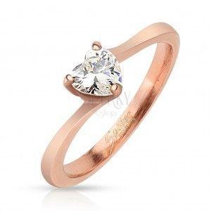 Lśniący stalowy pierścionek miedzianego koloru, przejrzyste cyrkoniowe serduszko obraz