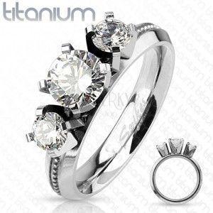 Pierścionek z tytanu, srebrny kolor, trzy okrągłe przezroczyste cyrkonie, wysoki połysk obraz