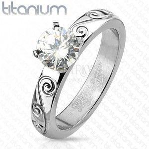 Tytanowy pierścionek srebrnego koloru, okrągła przezroczysta cyrkonia, ozdobione ramiona obraz