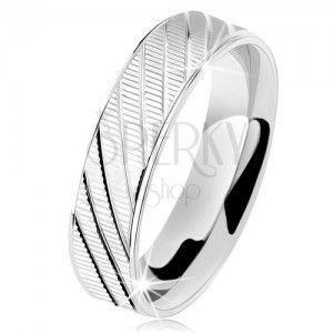 Srebrny pierścionek 925, fałdowana powierzchnia, lśniące krawędzie i ukośne nacięcia obraz