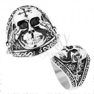 Stalowy pierścionek srebrnego koloru, lśniąca czaszka z krzyżem, łańcuszki, patyna obraz