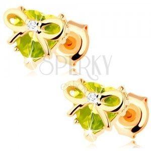 Kolczyki w żółtym 14K złocie - serce z zielonego oliwinu ozdobione cienką kokardką obraz