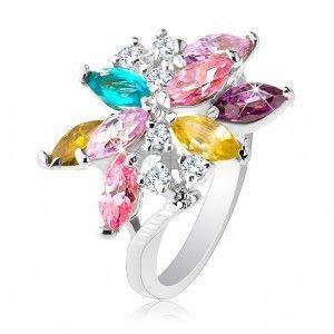 Błyszczący pierścionek srebrnego koloru, duży asymetryczny kwiat z kolorowych cyrkonii obraz