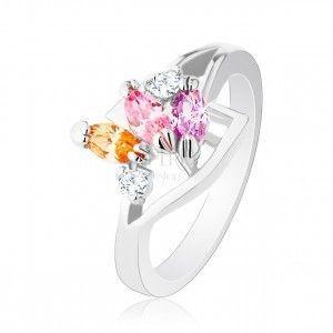 Pierścionek srebrnego koloru, lśniące ramiona, trzy kolorowe ziarenkowe cyrkonie obraz