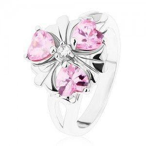 Pierścionek srebrnego koloru, lśniący kwiatek z różowymi serduszkowymi cyrkoniami obraz