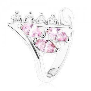 Lśniący pierścionek srebrnego koloru, zagięte końce ramion, bezbarwne i różowe cyrkonie obraz