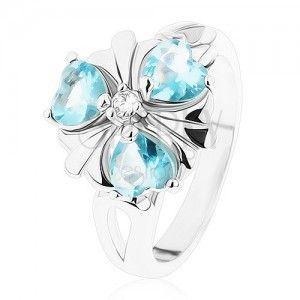 Lśniący pierścionek srebrnego koloru, kwiatek z jasnoniebieskimi serduszkami obraz