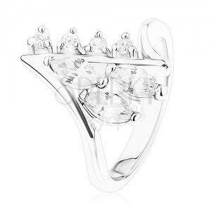 Lśniący pierścionek srebrnego koloru, zagięte końce ramion, przezroczyste cyrkonie obraz