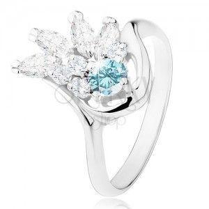 Lśniący pierścionek w srebrnym odcieniu, przezroczysty cyrkoniowy wachlarz, jasnoniebieska cyrkonia obraz